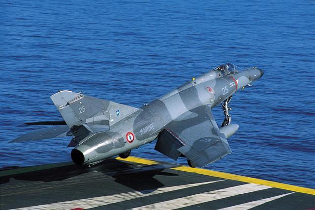 世界上现役的几种主要舰载战斗机(中国未来舰载机会往哪个方向?)
