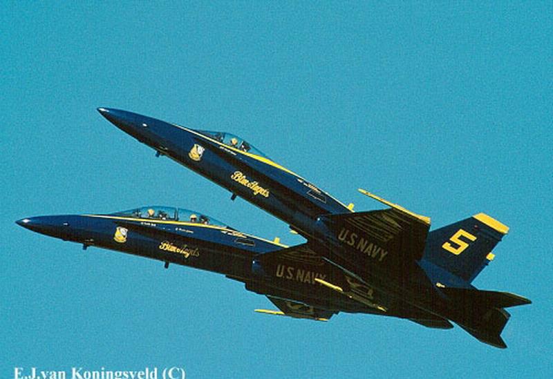 在第二次世界大战来临之前的和平日子里,两架或是更多的双翼飞机靠的