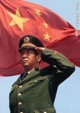 一个用左手向国旗敬礼的军人