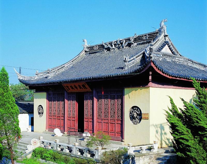 首先,中国古典园林的园景上主要是模仿自然,即用人工的力量来建造自然的景色,达到虽有人作,宛自天开的艺术境界。所以,园林中除大量的建筑物外,还要凿池开山,栽花种树,用人工仿照自然山水风景,或利用古代山水画为蓝本,参以诗词的情调,构成许多如诗如画的景。所以,中国古典园林是建筑、山池、园艺、绘画、雕刻以至诗文等多种艺术的综合体。中国古典园林的这一特点,主要是由中国园林的性质决定的。因为不论是封建帝王还是官僚地主,他们既贪图城市的优厚物质享受,又想不冒劳顿之苦寻求山水林泉之乐。因此,他们的造园,除了满足