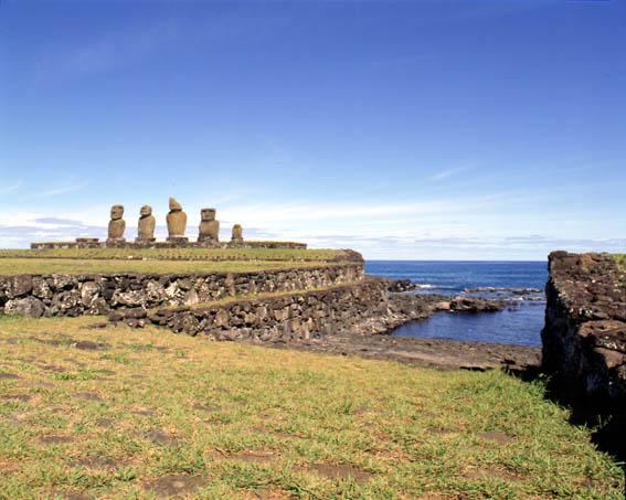 在复活节岛的传说中,也提到了运送石像的事:石像是靠火山喷发时的力量